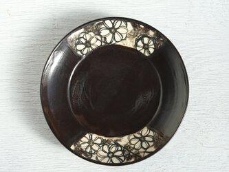 黒い絵替わり皿(菊)の画像