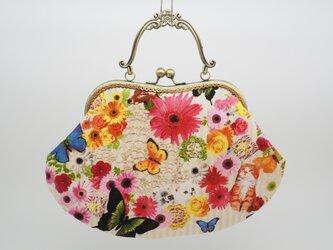 気持ち華やぐがま口バッグ(口金21センチ)猫と蝶とお花畑の画像