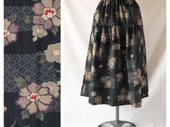 75cm丈【和柄】はんなりとシックなティアードスカート(流水に花:ブラック)の画像