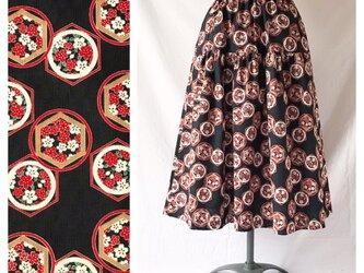75cm丈【和柄】はんなりと可愛いティアードスカート(花と亀甲:ブラック)の画像
