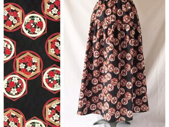 【和柄】はんなりと可愛いティアードスカート(花と亀甲:ブラック)の画像