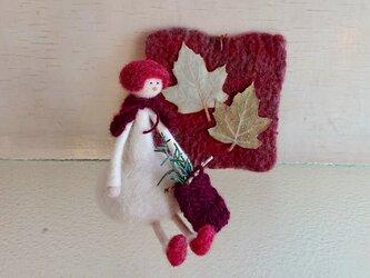 女の子と葉っぱの赤いシートの画像