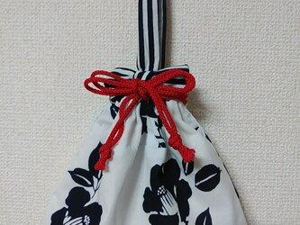 椿柄の手提げ巾着袋物の画像