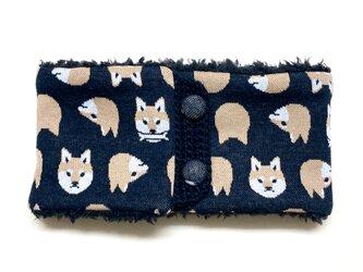 【即納可能】ボタンタイプ☆キッズサイズ☆柴犬柄(黒色)+ふわふわプードルファーのネックウォーマーの画像