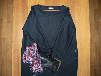 ほっこりレディの柔らかシンプル冬チュニック【コクーン・ブルーブラック・上質ウール・ラウンドネック・9分袖・一枚仕立て 】の画像