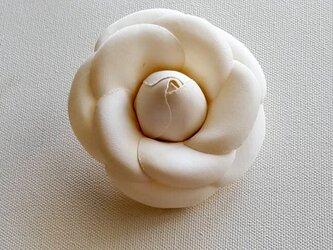 カメリアの布花ミニコサージュ‐オフホワワイト-の画像