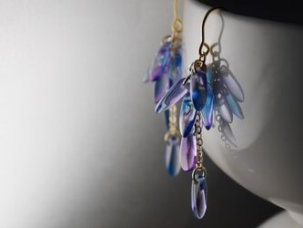 チェコ・ダガーのじゃらじゃらピアス 青紫の画像