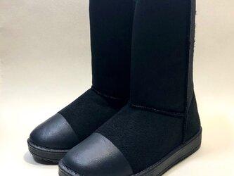 [新色・期間限定値引き中!] 暖かいムートン調のバイカラーロングボアブーツ (ブラック x マットブラック)の画像