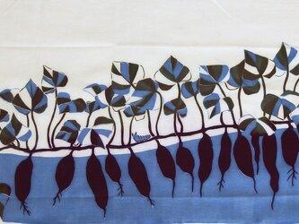 型染めてぬぐい「いもとむし」(青紫系)(綿100%・手染め捺染)の画像