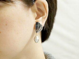 片耳1.0g♪羽モチーフと大粒コットンパールのイヤリング[ モノトーン ]〜ペーパークイリングの軽いイヤリング〜の画像