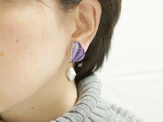 片耳1.0g♪羽モチーフと大粒コットンパールのイヤリング[ グレープムース ]〜ペーパークイリングの軽いイヤリング〜の画像