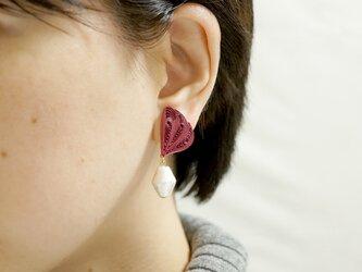 片耳1.0g♪羽モチーフと大粒コットンパールのピアス[ ローズマダー ]〜ペーパークイリングの軽いピアス〜の画像