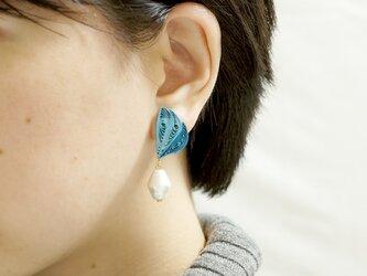 片耳1.0g♪羽モチーフと大粒コットンパールのイヤリング[ ディープオーシャン ]〜ペーパークイリングの軽いイヤリング〜の画像
