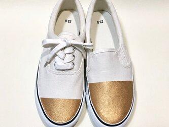 〜左右非対称の不思議な靴β〜 (白 x 金)の画像