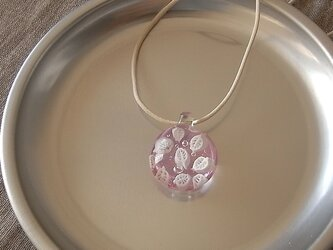 葉脈のガラス球ネックレス・ピンク・ガラス製・綿紐の画像