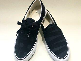 黒のジオメトリックアシンメトリースニーカー(紐靴とスリッポン)の画像