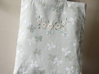 花とリボンのトートバッグの画像