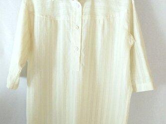 コットン 模様織りのシャツ 生成り 七分袖の画像