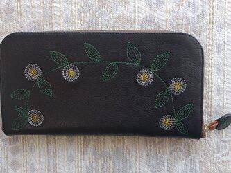 刺繍革財布『花かざり』牛革BLACK(ラウンドファスナー型)ファスナー中茶色の画像