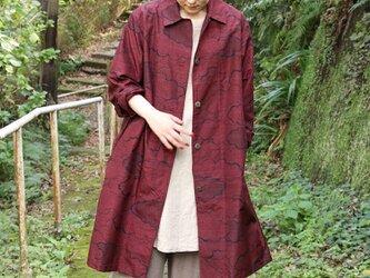 赤色 紬着物生地のステンカラーコートの画像