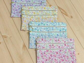 3段ファスナー 定番の小花柄 フラットポーチ 水色/紫/黄色/ピンク 裏地ピンクの画像