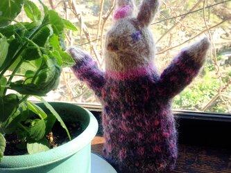 【北欧風】ピンクの花飾りのウサギの編みぐるみの画像