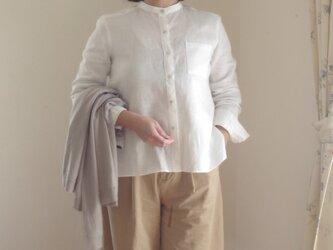 M~LL 白いリネンのバンドカラーシャツの画像