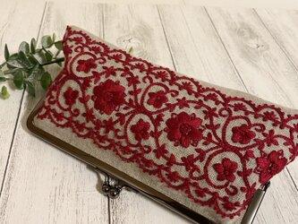 赤い刺繍のがま口ポーチの画像