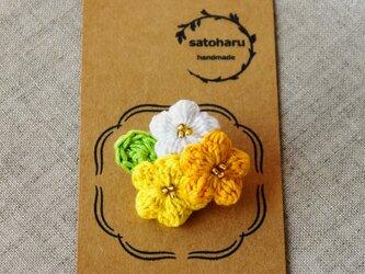 やまぶき色の小花ブローチの画像