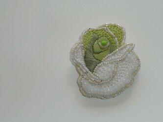 薔薇*若草 ビーズ刺繍ブローチの画像