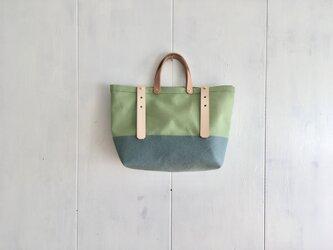 ヌメ革持ち手 若草色と空色の鞄の画像