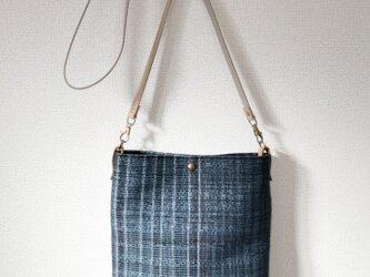 裂き織り ブルー縞のショルダーバッグ(ボタニカル)の画像