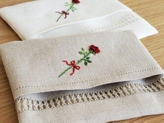 一輪のバラの手刺繍入り|リネンのポケットティッシュケースの画像
