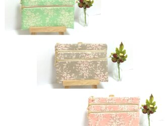 一つにまとめて、バッグインバッグに♪ 生成帆布 3段ファスナーフラットポーチ バラ花柄 グリーン/グレー/ピンクの画像