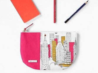 USA生地!ニューヨークビル柄の半月型ポーチ、ビーズステッチ付き(ショッキングピンク)の画像