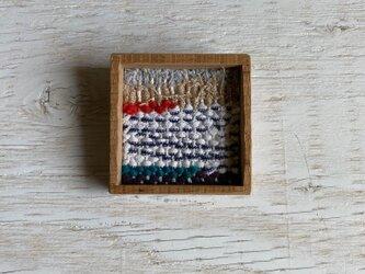 木と裂き織りのブローチ 中06の画像