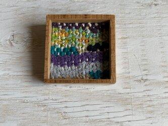 木と裂き織りのブローチ 中07の画像