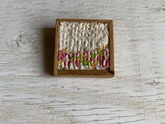 木と裂き織りのブローチ 中8の画像