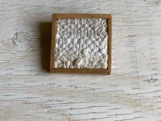 木と裂き織りのブローチ 中9の画像
