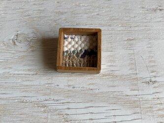 木と裂き織りのブローチ 小17の画像