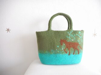 森の中を静かに歩く馬のバッグの画像