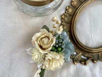 花摘みコサージュ white  rose  box付きの画像