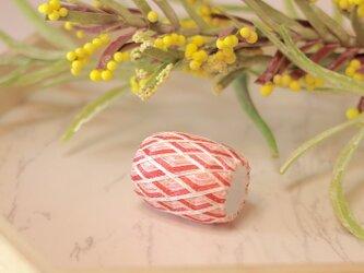 青海波 指ぬきの帯留め 紅梅 【帯留め・和装・着物】の画像