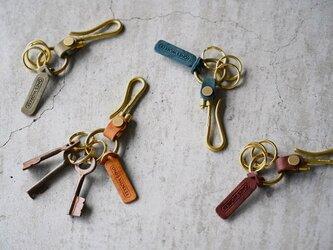 【4カラーから選べる】真鍮無垢とプエブロレザーのコンパクトなフックキーホルダー 名入れ可能の画像