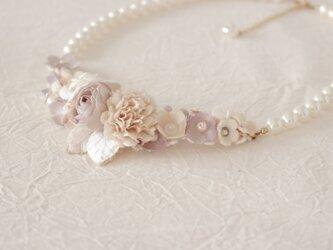 花とパールのネックレスの画像