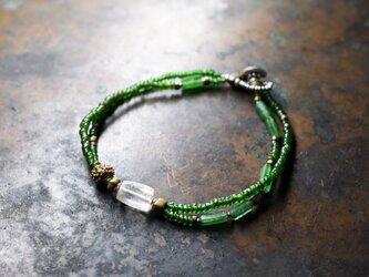 古代水晶とグリーンシードビーズ、ローマングラスとoldオリッサブラスの2連ブレスの画像