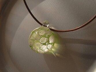 オオバコ・葉脈のガラス球ネックレス・ライムグリーン・ガラス製・綿紐の画像