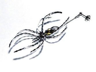 片耳用【蜘蛛ピアス・イヤリング】 リアルに足が動く! / 煌めくスワロ付の画像