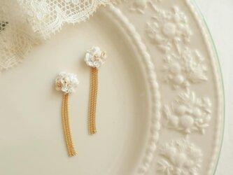 白い花束とチェーンのピアスの画像
