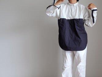 切替プルオーバーシャツ/Lサイズ/コットンタイプライター【グレイッシュホワイトにネイビー】の画像